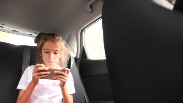 Mladá dívka soustředění jako ona používá smartphone během cestování. 4 k Zpomalený pohyb