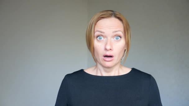 4 k. detail krásná blondýna s jasně modrýma očima. Portrét mladé ženy. znakové řeči a gest. je překvapen
