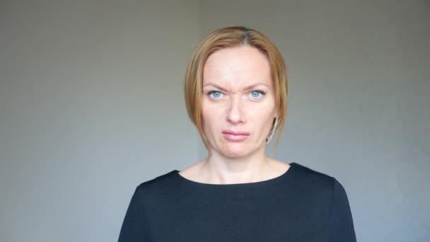 4 k. Nahaufnahme von schöne blonde Frau mit strahlend blauen Augen. Porträt einer jungen Frau. Körpersprache und Gesten. Sie ist empört