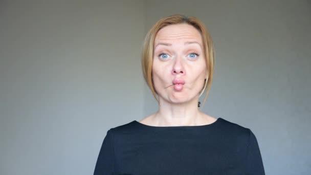 4 k. zblízka krásná blondýnka s jasně modrýma očima. portrét mladé ženy. řeč těla a gesta. Chcete-li fishs rty