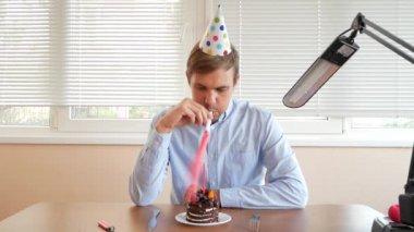 Tavolo Compleanno Uomo : L uomo celebra il compleanno u video stock hotelfoxtrot