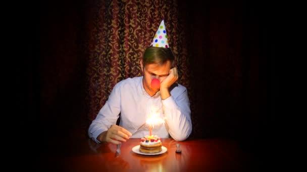 Tavolo Compleanno Uomo : Un uomo solitario celebra una vacanza da soli si siede a un