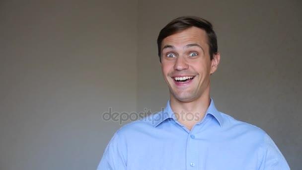 4k. Zeitlupe. Nahaufnahme Porträt eines jungen Mannes. Körpersprache und Gesten. er nickt zustimmend und lächelt