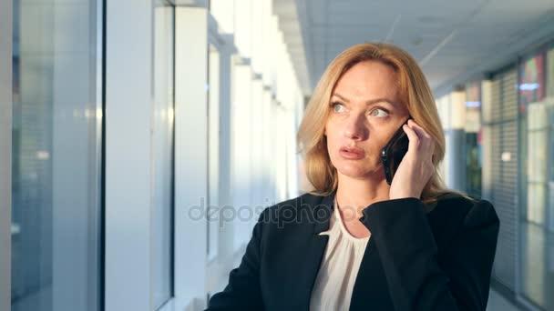traje mujer de negocios en un negocio con un smartphone f064ba82c706