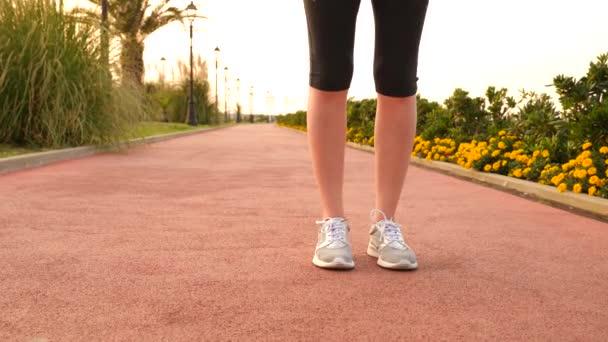 Road runner žena běží v parku, u běhání palm grove, běžící žena venku, nohy detail 4k Zpomalený pohyb