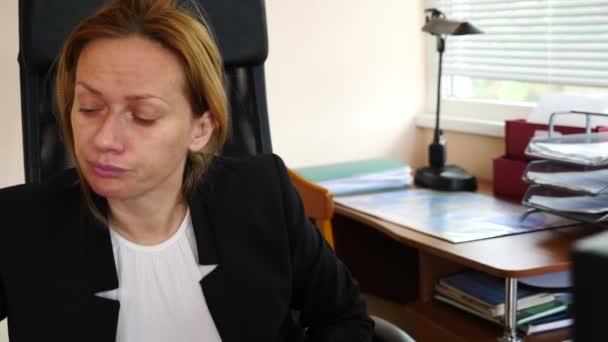 Kranke Geschäftsfrau mit grippegeschwollener Nase im Gewebe. im Büro. 4k, Zeitlupe