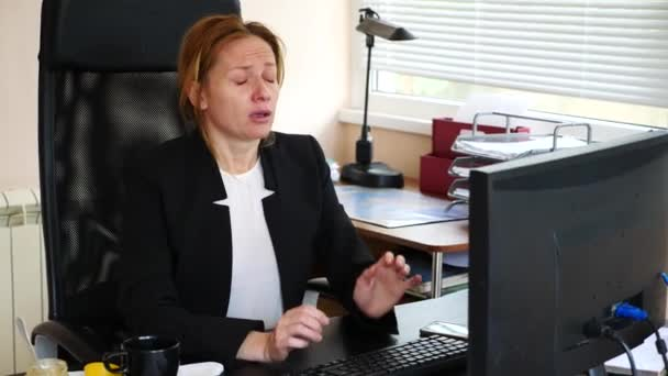 Nemocné ženy s chřipkou smrkání v tkáni. v kanceláři. 4k, pomalý pohyb