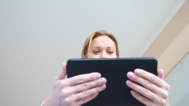 4 k. zpomaleně. mladá žena a muž dívá na tabletu překvapeně oči makro detail,