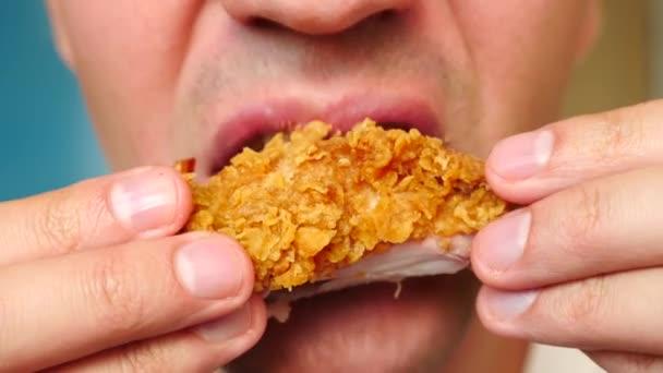 detail, člověk jí, fast food, kuřecí nugety, křídla a hranolky