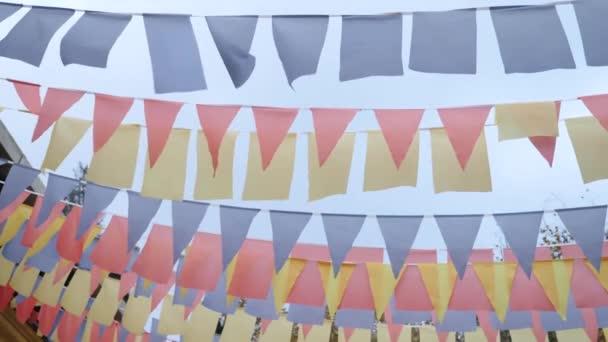 közeli kép a szél fülekkel füzér színes zászlók ellen, blue sky. 4 k másol hely