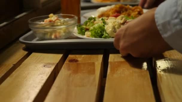 a tálca, az ebédlőben, önkiszolgáló étel ételek. Közelkép. k. 4.