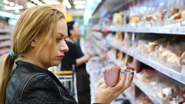 žena si koupí párek v supermarketu, 4k, pomalý pohyb.