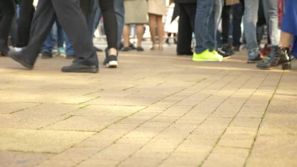Anonymní dav lidí, kteří jdou na ulici. 4 k Zpomalený pohyb