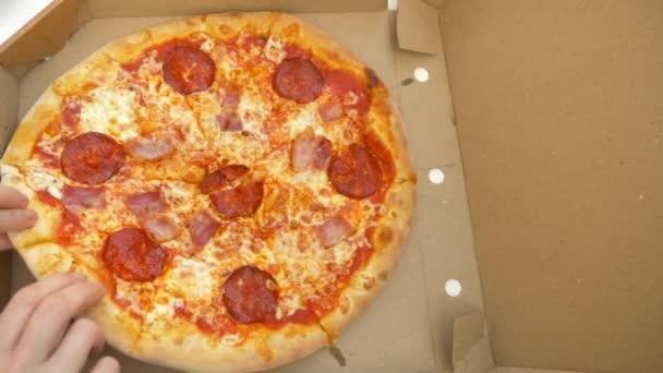 někdo bere kousek horké pizza čerstvě připravené. 4k, pomalý pohyb
