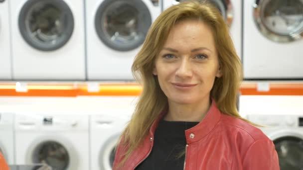 Egy nő vásárol egy üzletben, 4k, mosógép lassú mozgás