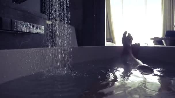4k, jambes mâles dans la salle de bain de la chambre d\'hôtel — Vidéo ...