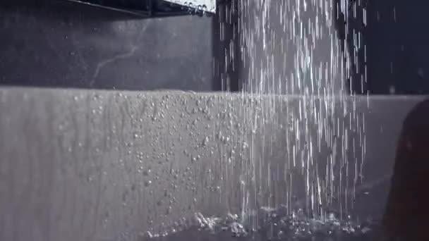 Erős víz nyomása áramlik ki a zuhany alatt. 4k, lassú mozgás