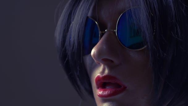 Meleg barna napszemüveg, kerek, megnyalja a száját. 4k, lassú mozgás