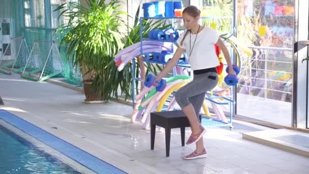 Instruktor výcviku ženy aqua gymnastika v bazénu. 4k
