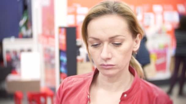 Nakupování, technika, prodej, konzumu a lidé koncept - žena s smartphone v supermarketu. 4k, rozostřené pozadí