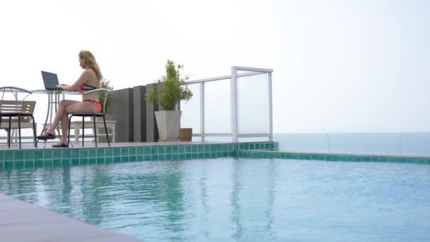 Eine Freie Mitarbeiterin Frau Sitzt Am Pool Auf Dem Dach Mit Blick Auf Den  Ozean Und
