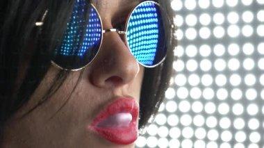 Meleg barna, kerek napszemüveg, rágógumi, és fúj egy buborék. 4k, lassú mozgás