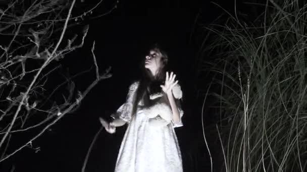 Ghost holčička s dlouhými černými vlasy, v bílém, bloudění lesem s nožem a Plyšová hračka. 4k