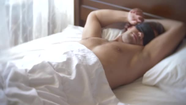 Fiatal ember a maszk, alszik, alszik az ágyban, a párna, a nappali. 4k