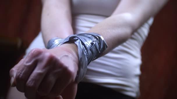 Resultado de imagem para mãos amarradas com fita adesiva