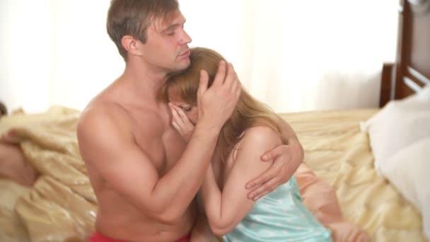 Egy pár a hálószobában is felizgat, egy férfi és egy nő az ágyban problémája van. 4k