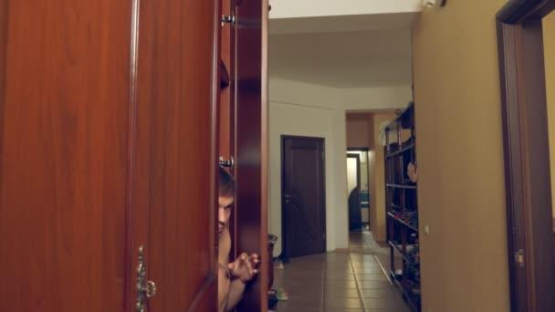 nahý muž se skrývá v šatníku. jde ze skříně a běží od mistresss domu předními dveřmi. 4k