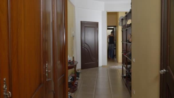 žena skrývá její milenec ve skříni od jejího manžela. nahý muž se skrývá v šatníku. jde ze skříně a běží od mistresss domu předními dveřmi. 4k