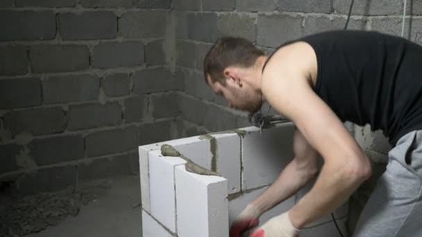 staveniště, stavitel staví zeď plynových bloků. 4k.