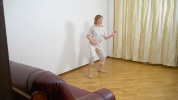 dospělé ženy tančí doma, 4k