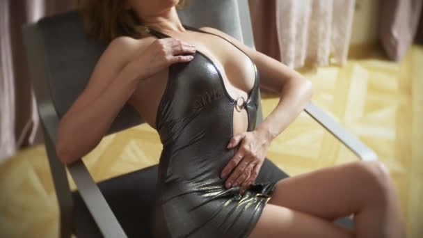 horký svůdný model v mini šatech tančí erotické soukromý tanec na židli. tenké tělo a velká prsa. 4k