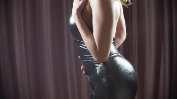 horký svůdný model v mini šatech tančí erotické soukromý tanec. tenké tělo a velká prsa. 4k