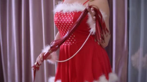 verführerische Santa Girl mit Sex-Spielzeug in verführerischen Posen. 4k