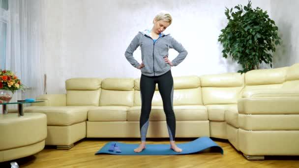 žena chodí domů na sport, do obýváku.