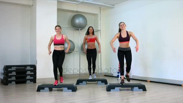 Krok aerobní dívky. Zpomalený pohyb