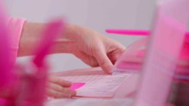 Okouzlující růžové úřad pro ženy. Žena jí Malování nehtů růžové polské closeup