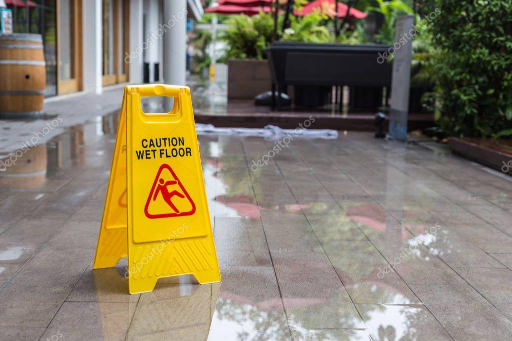 Segnale di pericolo giallo pavimento bagnato sul pavimento in hotel foto stock - Segnale pavimento bagnato ...