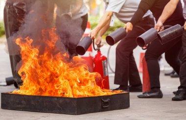 Yangın önleyici söndürücü eğitim programı, güvenliği kavramı Tay insanlar. Yangın tepsi üzerinde odaklanmak