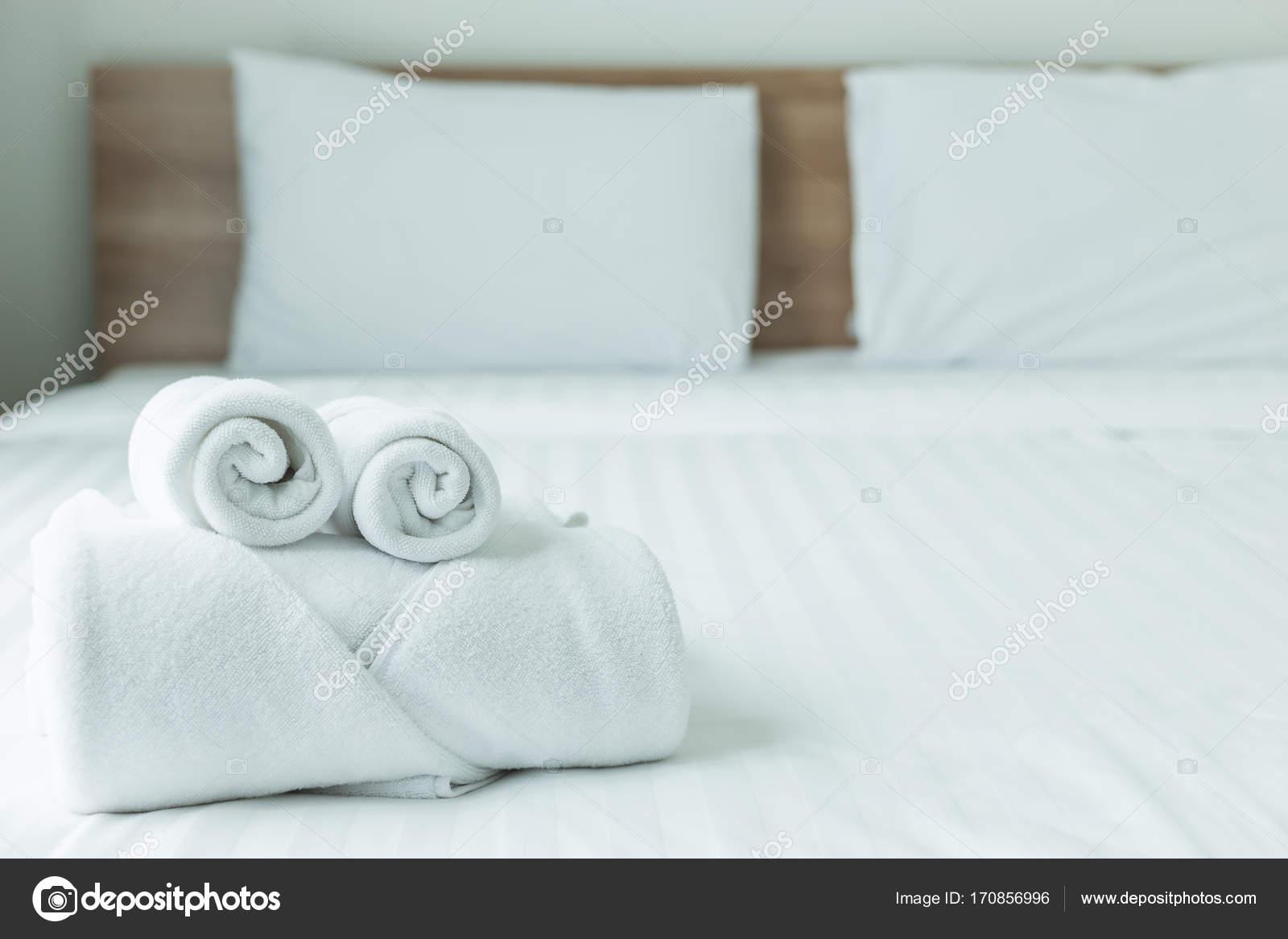 rollen des weißen handtuch auf dem bett-tisch im modernen