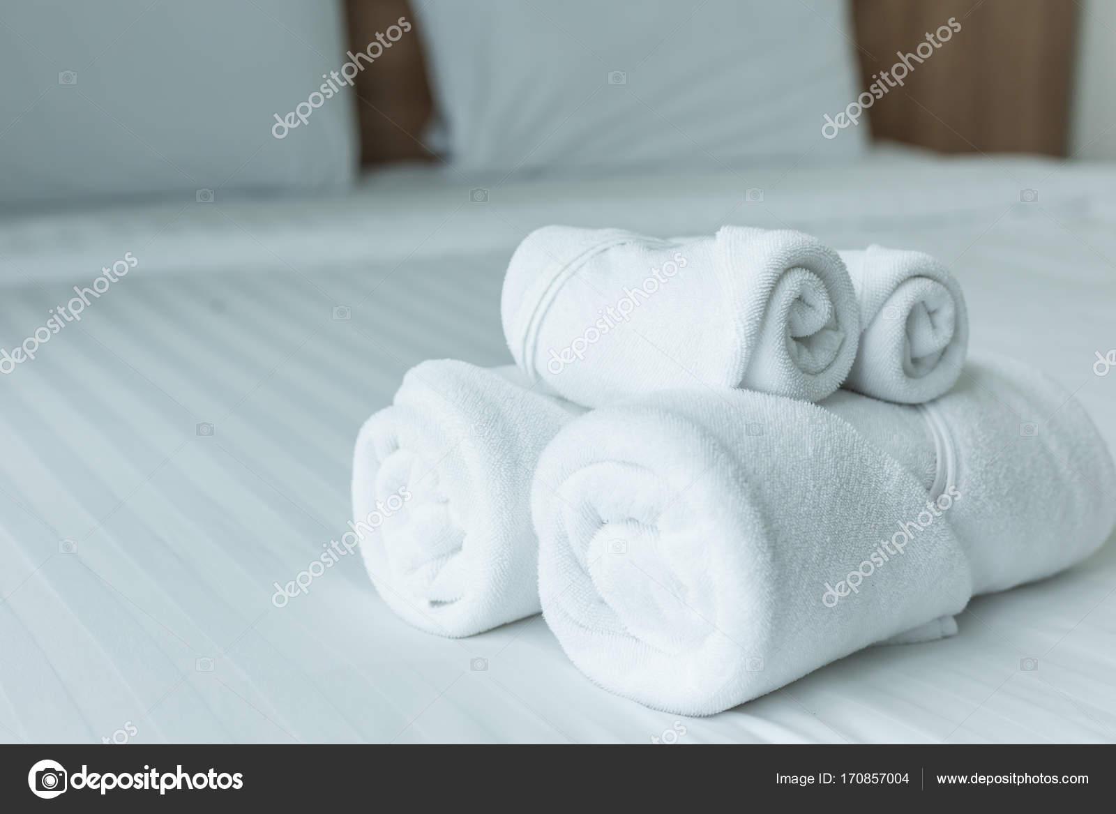 Gut bekannt Rollen des weißen Handtuch auf dem Bett-Tisch im modernen NT12