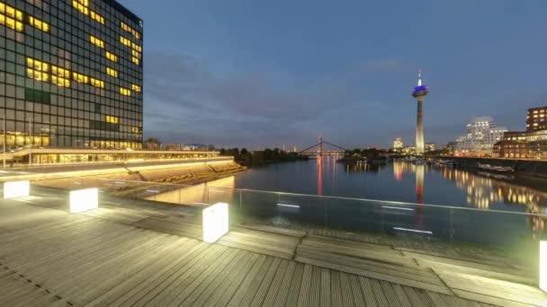 Düsseldorf in der Abenddämmerung. Nahtlose 360-Grad-Panorama-Videoschleife