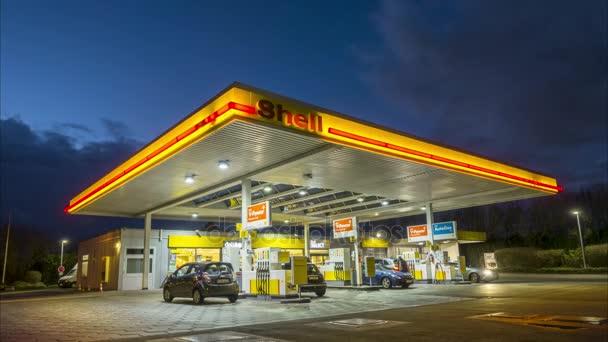 Hannover, Německo - 16 ledna 2018: Benzínové pumpy Shell v noci v Hannoveru, Německo. 4 k timelapse.