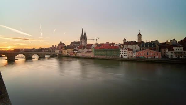 Zeitraffer-Panorama von Regensburg von der Seite der Donau, Bayern, Deutschland