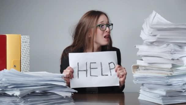 Nervenzusammenbruch bei der Arbeit, schreiende Büroangestellte mit Brille, die am Tisch zwischen den Stapeln unbefüllter Dokumente und Aktenordner sitzt. Überstunden, Buchhaltung, Bürokarriere