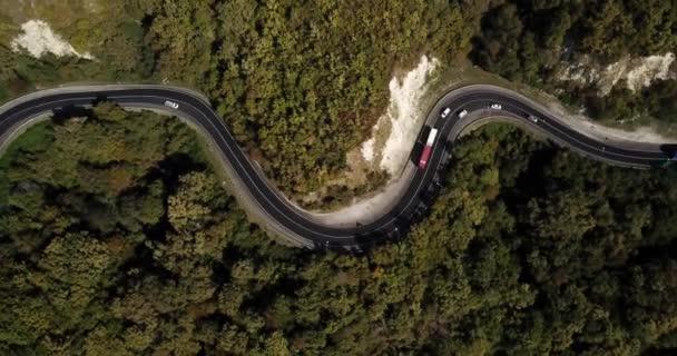letecký pohled na auto jedoucí po klikaté silnici