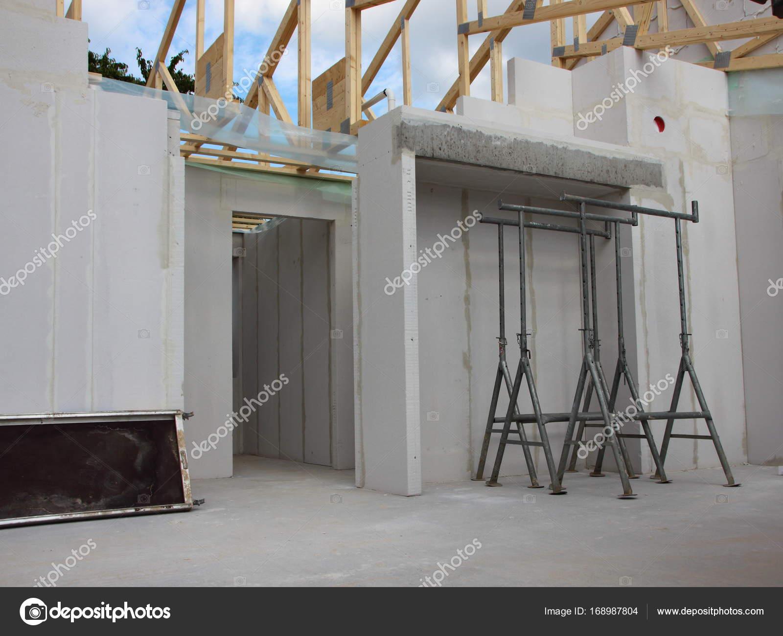 Im Inneren der Baustelle mit rohen Wänden öffnen Sie Dach ...